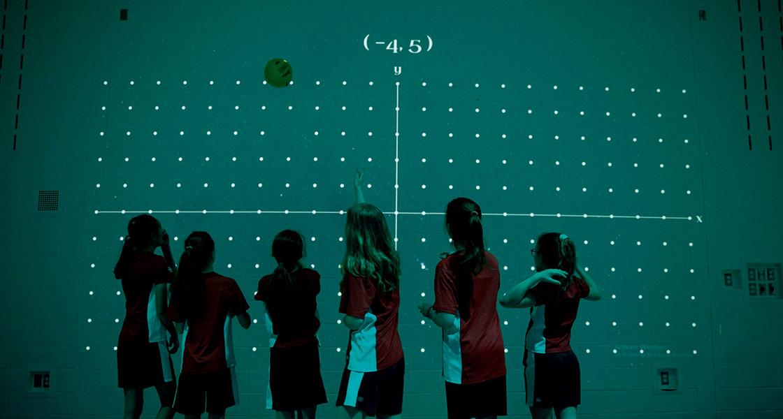 Grupo de niñas y niños jugando con Lü interactive