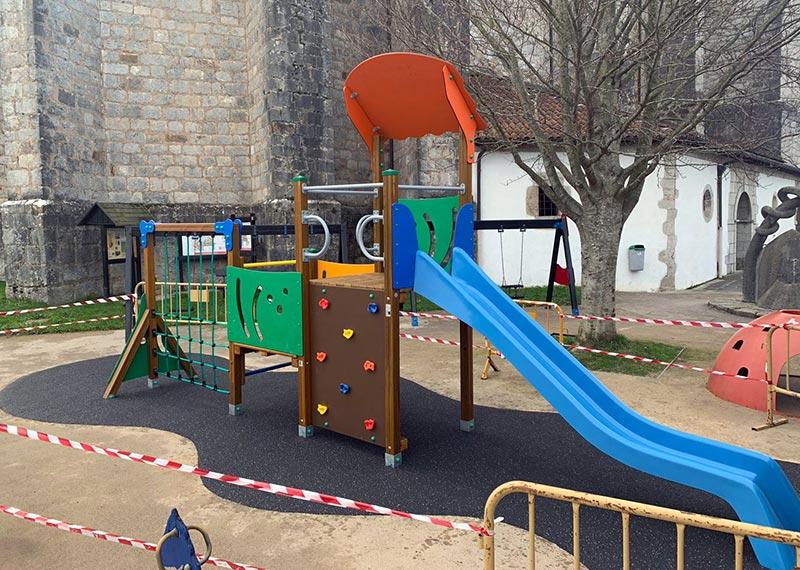 Parque infantil precintado durante el covid-19 o coronavirus