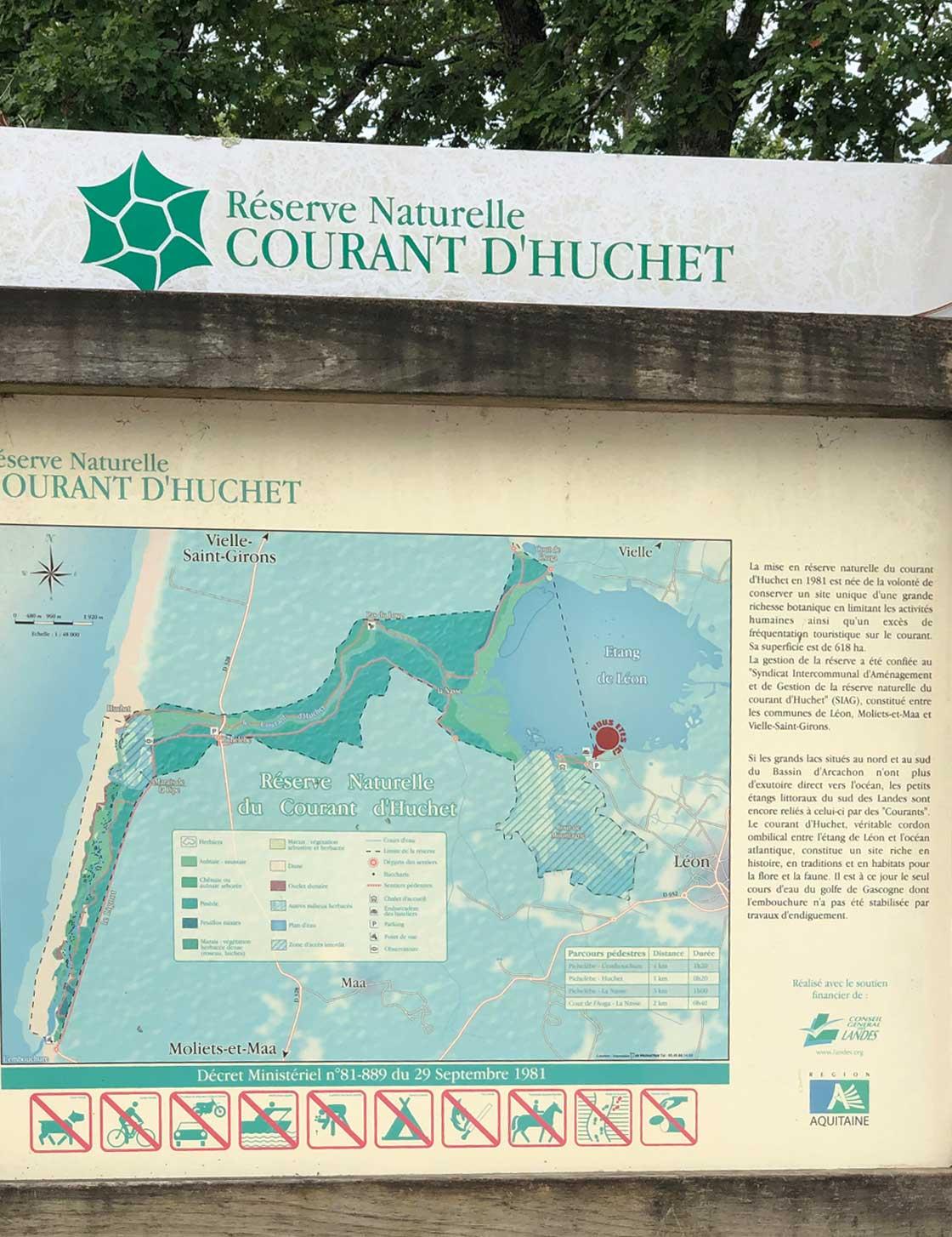 Mapa de madera en un parque natural al sur de Francia