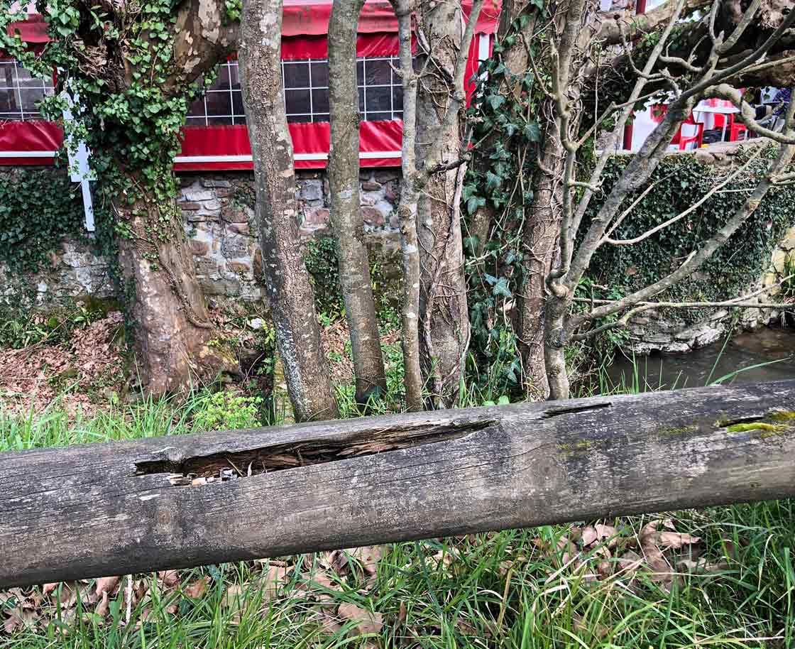 Tronco de madera a modo de barandilla al sur de Francia